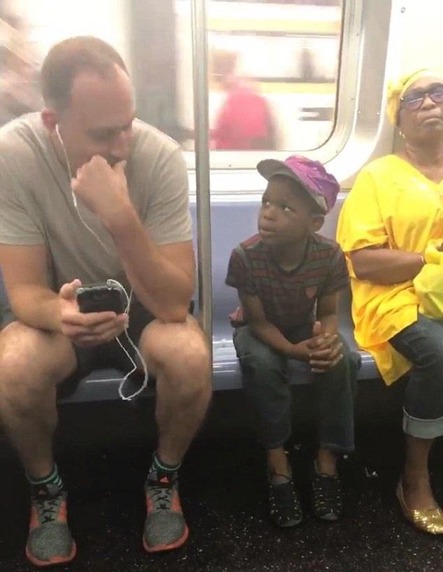暖心!美地铁乘客将手机借给邻座陌生男童玩游戏