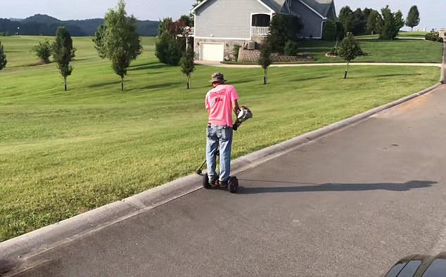 别出心裁!永利网上娱乐园丁驾驶平衡车修剪草坪效率大增
