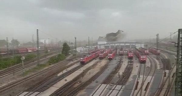 强风突袭德国一火车站 掀翻金属棚顶砸中火车