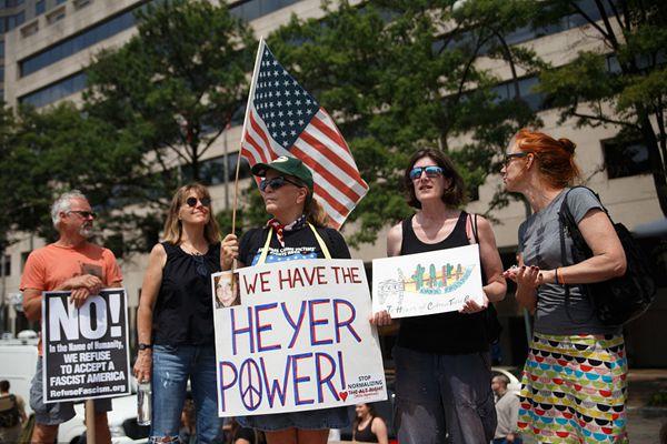 """美国华盛顿举行反""""白人至上""""游行示威 上千人参加"""