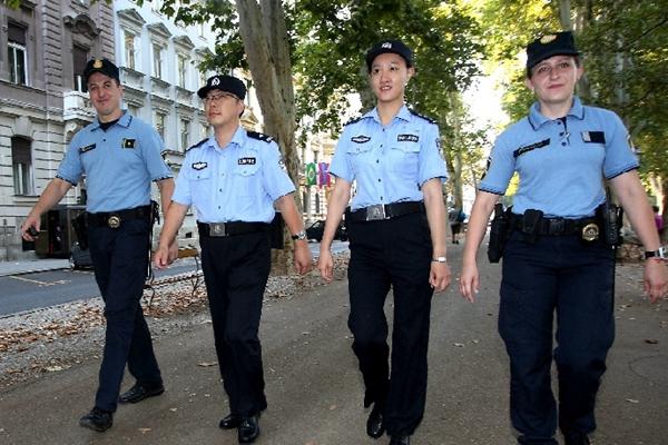 中国联巡警察在克罗地亚推广中文报警表格