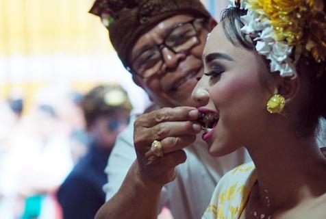 印尼巴厘岛举办怪异成年礼 少男少女参加锉牙仪式