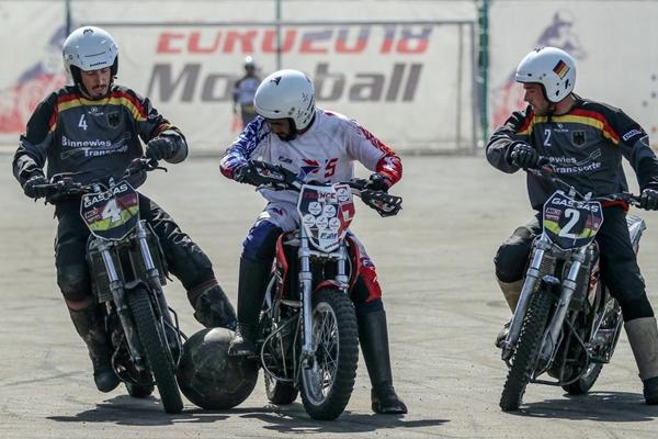 俄罗斯举行欧洲摩托车足球锦标赛 骑摩托车踢球趣味十足