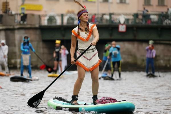 圣彼得堡上演桨板冲浪节 选手奇装异服亮相欢乐搞笑