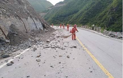 武山公路管理段及时清理路面塌方落石