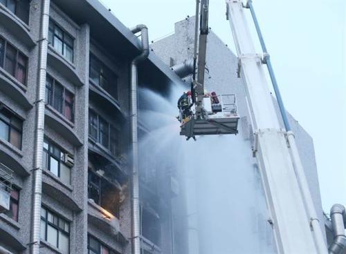 台北医院大火夺9命 消防局长直指医院延误通报