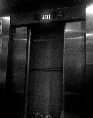 业主被困电梯 报警设备失灵
