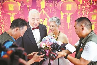 安贞10对金婚老人补拍婚纱照