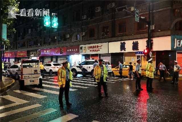 上海商铺招牌脱落 3人经抢救无效死亡