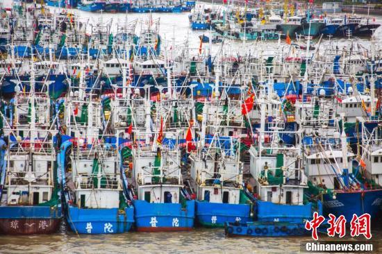 """台风""""摩羯""""影响 上海遭遇狂风暴雨"""