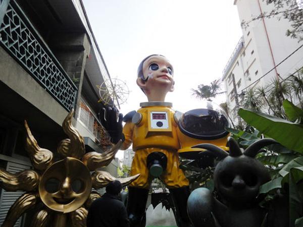 日本福岛设身穿防辐射服的儿童像,被批不科学、加剧形象受损