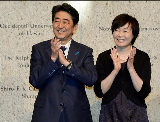 安倍携夫人在家乡欣赏烟花 对日本未来表期许