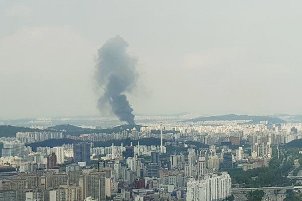 韩国首尔一商住两用建筑工地发生火灾 黑烟滚滚