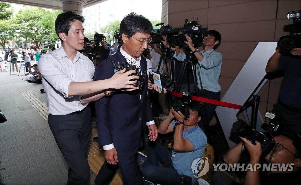 """涉嫌性侵的韩前高官安熙正一审被判无罪 受害者方面表示""""无语"""""""