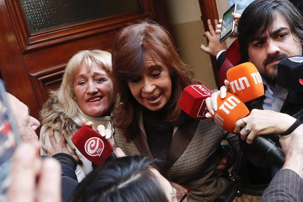 阿根廷前总统涉嫌贪腐出庭受审 出门即遭媒体围堵
