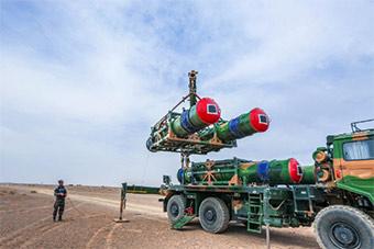 大漠中吊运红旗16和道尔防空导弹