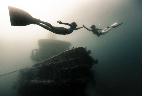 潜水者深入加勒比海沉船遗址 探寻最壮观海底奇景