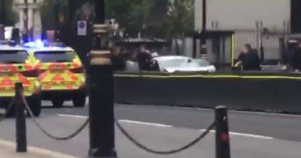 快讯!男子驾车撞击议会大厦外路障 英国警方定性为恐袭