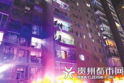 贵阳女子与家人争执从5楼跳下,被家人和4楼住户隔窗抓住