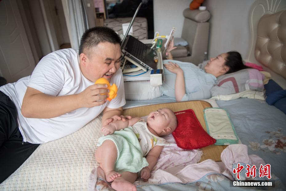 """山西""""渐冻人""""妈妈剖宫产子 宝宝过百天全家乐开怀"""