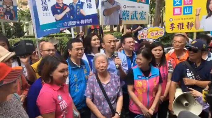 韩国瑜一番话 把高龄87岁阿嬷惹哭了!