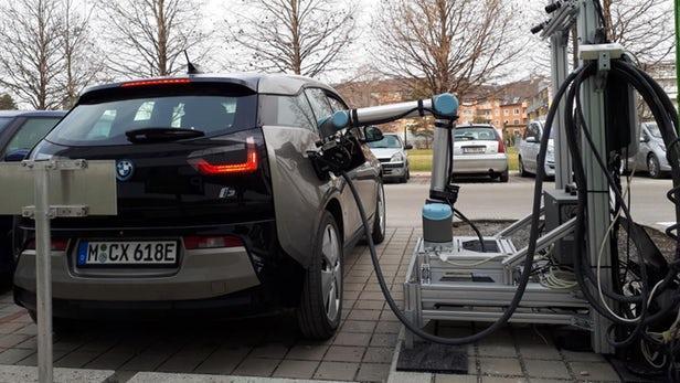 机器人系统能识别电动汽车并对其进行充电