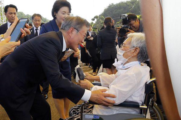 """文在寅夫妇出席""""慰安妇""""纪念活动,与幸存老人互动"""