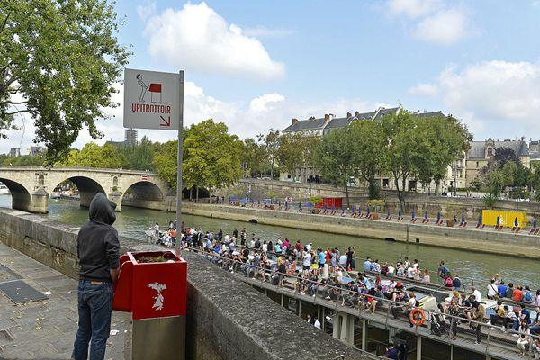 巴黎安装街头小便池解决随地小便问题 市民却并不买账