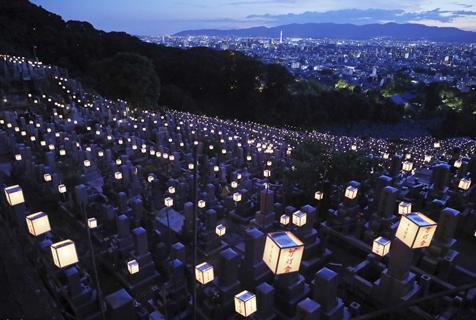 日本京都墓地点亮万盏灯笼 庆祝盂兰盆节