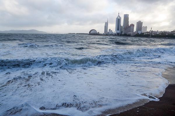 """青岛:台风""""摩羯""""过境 海边掀起大浪引游客驻足观看"""