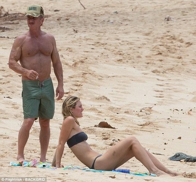 57岁影帝西恩•潘带26岁女友海边度假
