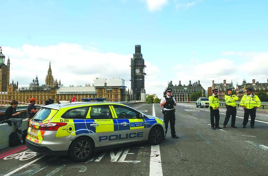 英国伦敦再遭恐袭 汽车以极快速度撞向议会大厦