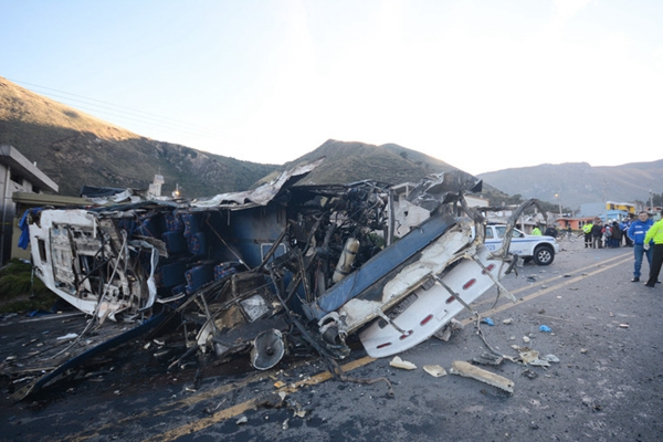 哥伦比亚长途巴士在厄瓜多尔发生车祸 已致24人死亡