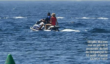 """法国总统夫妇""""夏宫""""度假 第一夫人骑水上摩托艇消暑"""