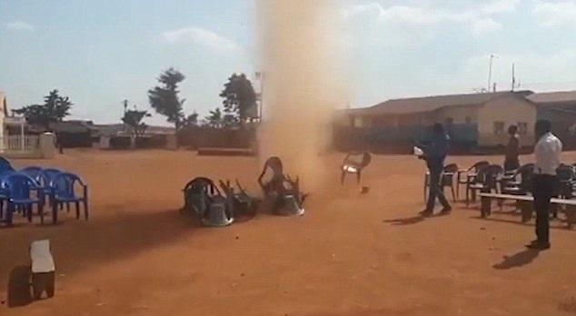 非洲小镇遇尘卷风袭击 塑料椅空中飞舞