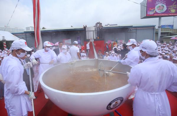 越南一公司制作1359公斤重面条汤打破世界纪录