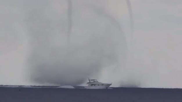罕见!意大利一海面现龙卷风 分叉成双龙卷