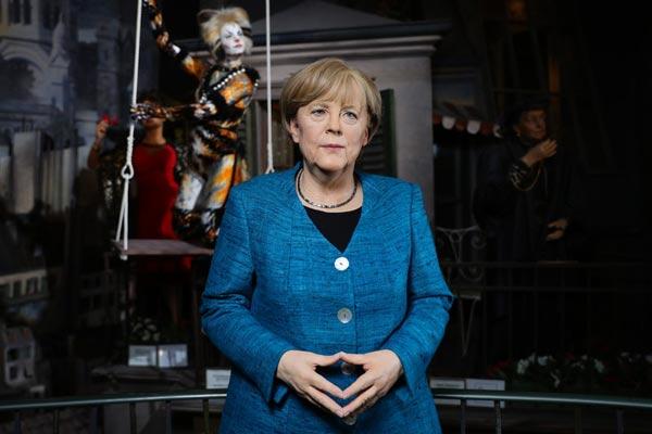 """默克尔新蜡像亮相德国汉堡 """"菱形""""手势默默抢镜"""
