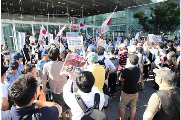 """日本川崎街头两团体互相叫嚣 数百人参与""""混战"""""""