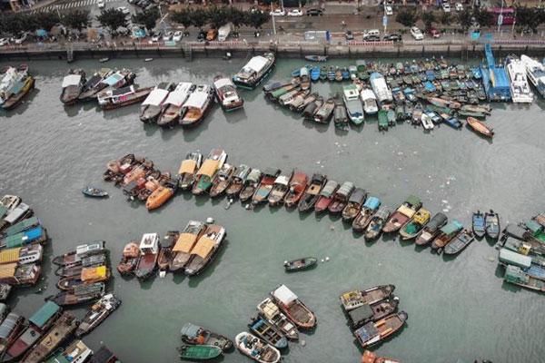 """广东全力防御台风""""贝碧嘉"""" 渔船纷纷回港避风"""