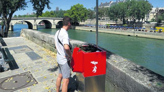 """尴尬!巴黎塞纳河边环保""""露天小便池""""引争议"""