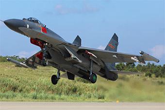 重型战机高温烈日下起飞对抗实弹训练