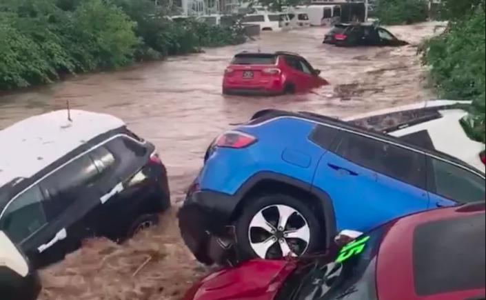 美新泽西州暴雨引发洪水 十余辆汽车顺流而下