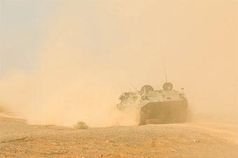 漫天黄沙中防空部队隐蔽待击展示实力