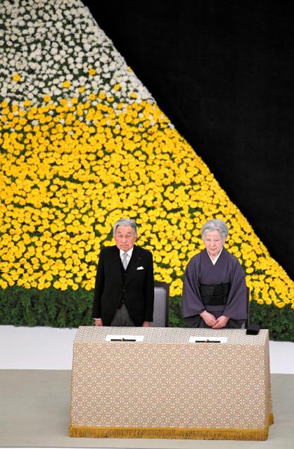 """明仁天皇出席最后一次""""全国战争死难者追悼仪式"""" 强烈期盼和平"""