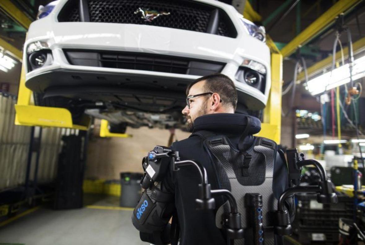 """福特员工穿戴机械臂上岗:臂力大增有如""""变身超人"""""""