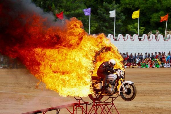 印度多地庆祝独立日 士兵表演飞车钻火圈特技