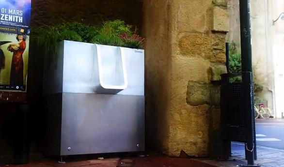 能接受?巴黎安装高科技露天小便池引发争议