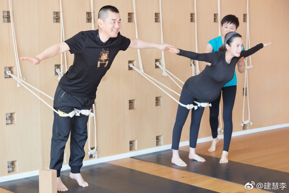 蒋勤勤孕期瑜伽 陈建斌陪同在旁一起运动超有爱