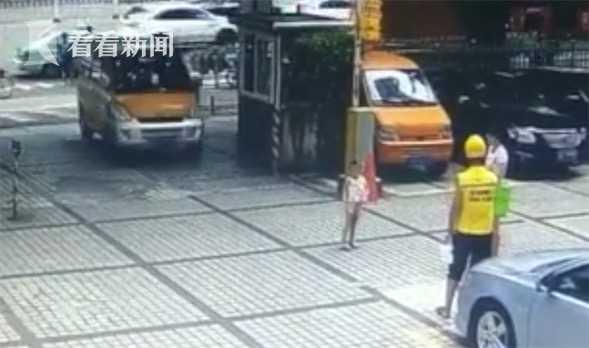"""女子""""碰瓷""""把孩子往车前扔 见未得逞自己上前打滚"""